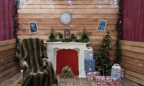 Weihnachtliche Fotokulisse Wohnzimmer mit Kamin, Geschenken, Schaukelstuhl