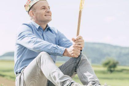 Spielepraesident reinhard mit zepter und krone